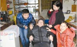 名流装潢公司捐赠的10辆轮椅全部交付 首位受益者为王鲍镇黄炳冲