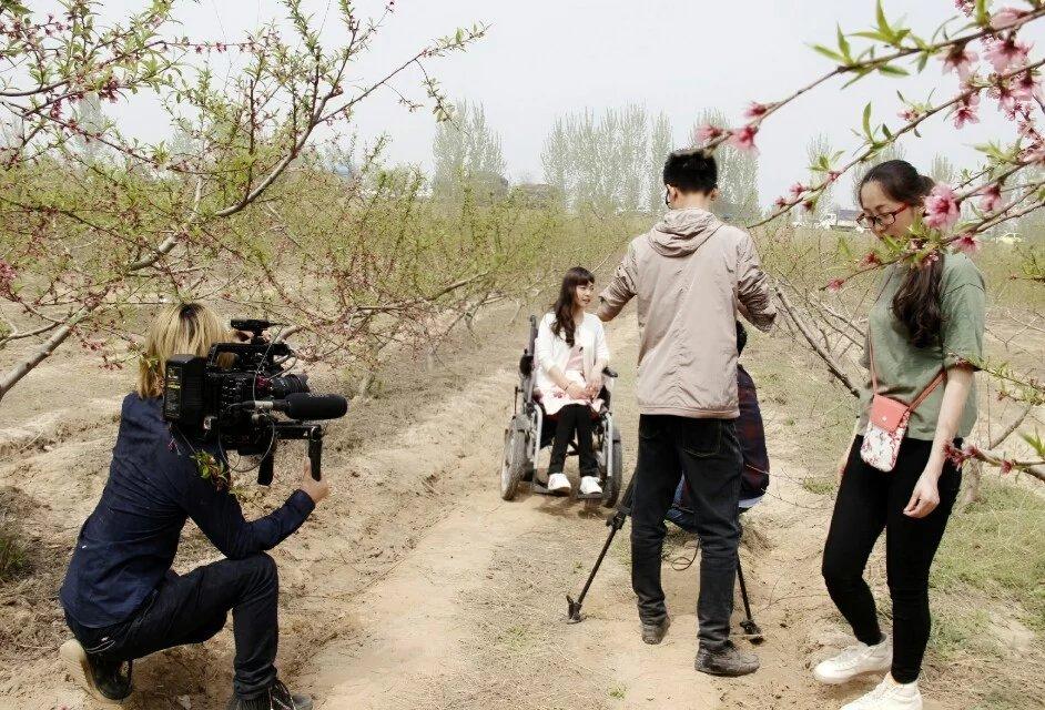 """""""油桃妹""""——善良美丽的残疾姑娘韩文静-19岁地震孤儿独立导演的纪录片《轮椅上的女孩》 人物故事 第3张"""