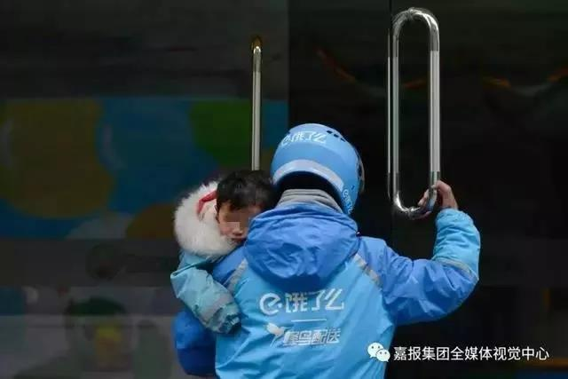 大雨街头,单亲爸爸抱着3岁女儿送外卖!他说孩子更辛苦