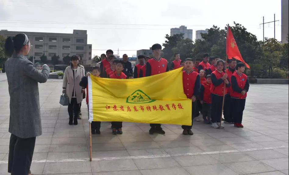 无尽哀思寄春风 英雄千秋凛天地-市特校组织清明节扫墓活动