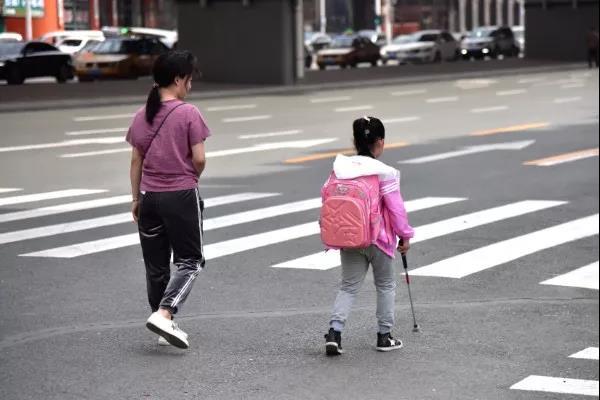 妈妈竟让11岁的盲女儿独自上学!背后的原因又暖又心酸......