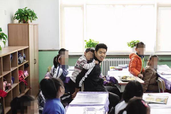 大连一小学老师总和8岁学生一起上厕所,保洁员发现一个秘密…